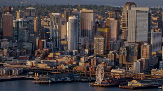luftbild downtown seattle bei sonnenuntergang - seattle stock-videos und b-roll-filmmaterial