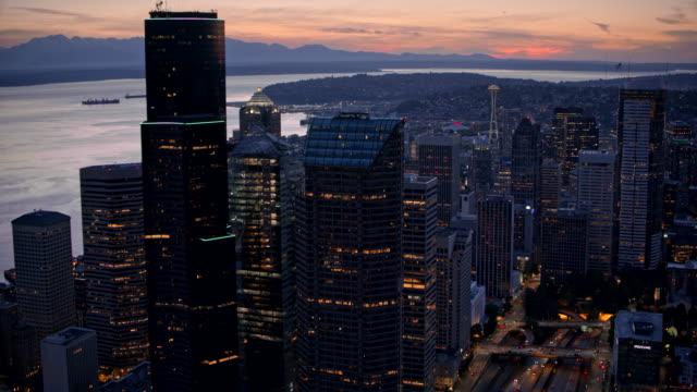 vídeos y material grabado en eventos de stock de aerial downtown seattle in the evening - bahía de elliott