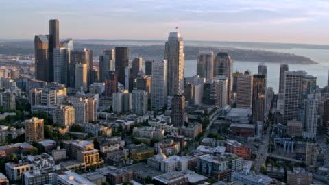 aerial downtown seattle overlooking the elliott bay at sunset - elliott bay stock videos & royalty-free footage