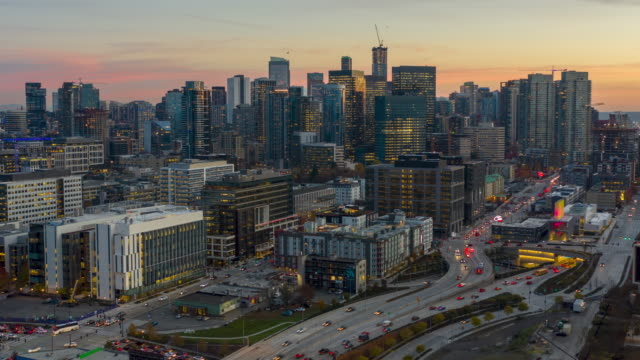 vidéos et rushes de le temps aérien du coucher du soleil du centre-ville de seattle - seattle