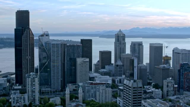 AERIAL Downtown Seattle avec l'Elliott bay et l'île de port