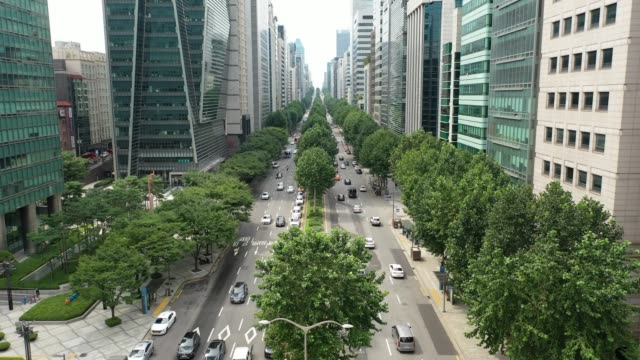 downtown seoul on teheran-ro street / gangnam-gu, seoul, south korea - viale video stock e b–roll