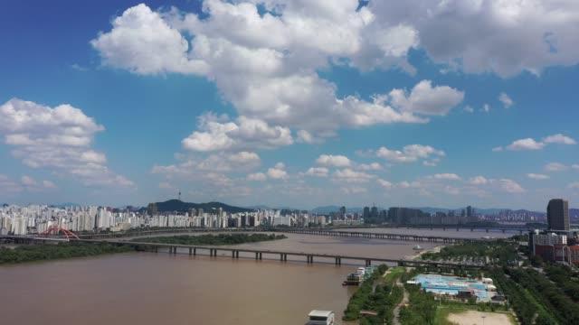 vidéos et rushes de downtown seoul with yeouido and mapo-gu along han river / yeongdeungpo-gu, seoul, south korea - ciel sans nuage