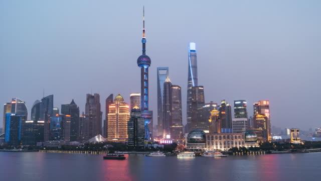 t/l ws ha td ダウンタウン上海、昼夜から移行/中国上海市 - 連続するイメージ点の映像素材/bロール