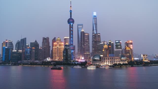 T/L TU ダウンタウン上海、夜移行する日/中国上海市