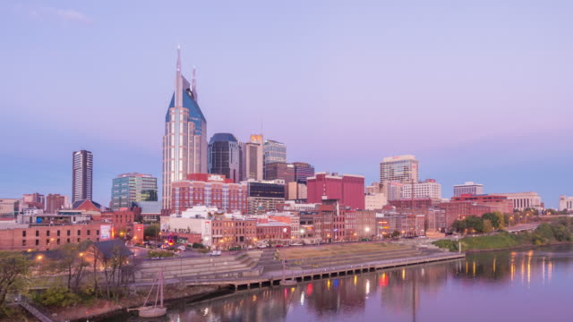 vídeos de stock e filmes b-roll de downtown skyline nashville at twilight - tennessee