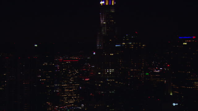 aerial downtown skyscrapers illuminated at night, los angeles, california, usa - usバンクタワー点の映像素材/bロール
