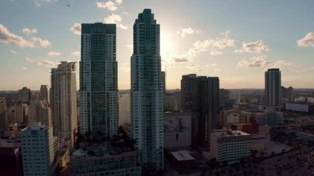 vidéos et rushes de downtown skyscrapers on sunny day - miami