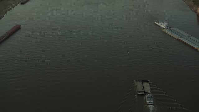 downtown st louis and mississippi river - jefferson national expansion memorial park bildbanksvideor och videomaterial från bakom kulisserna