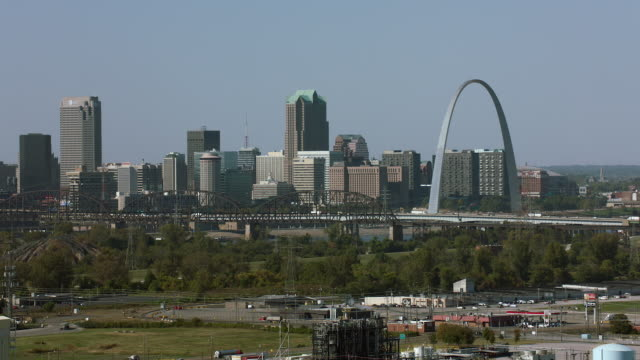 downtown st louis from across river - gateway arch bildbanksvideor och videomaterial från bakom kulisserna