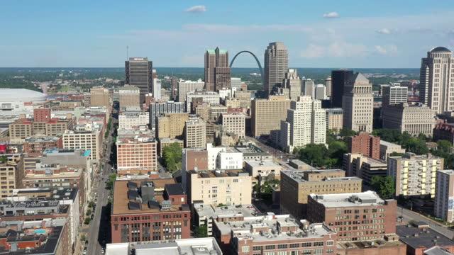 セントルイス・ミズーリ州のダウンタウン空撮 - ジェファーソンナショナルエクスパンションメモリアルパーク点の映像素材/bロール