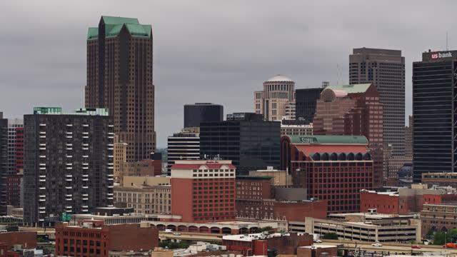 downtown st louis på molnig morgon - aerial - saint louis bildbanksvideor och videomaterial från bakom kulisserna