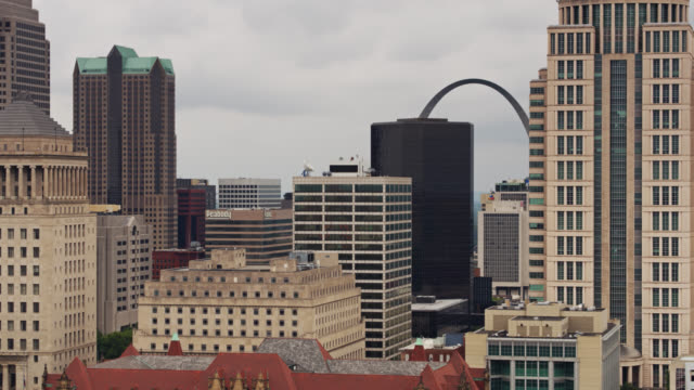 downtown st louis skyline - drone shot - jefferson national expansion memorial park stock videos & royalty-free footage