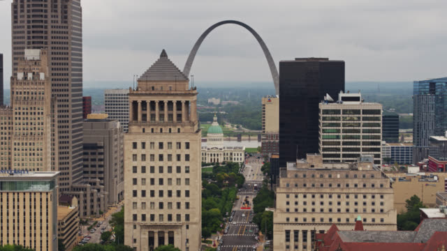 downtown st louis skyline on overcast day - jefferson national expansion memorial park stock videos & royalty-free footage
