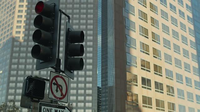 vídeos y material grabado en eventos de stock de downtown stoplight - cámara en mano
