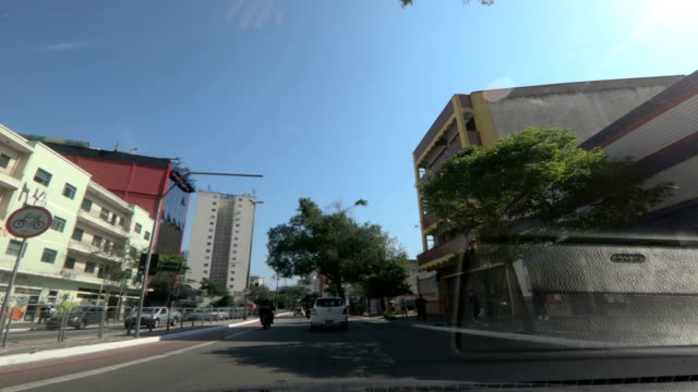 vídeos de stock, filmes e b-roll de centro da rua, são paulo - brasil - ponto de vista de carro
