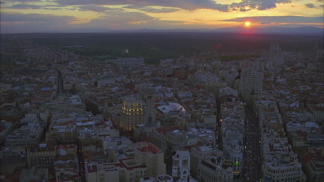 vídeos y material grabado en eventos de stock de aerial downtown streets and buildings at sunset, madrid, spain - madrid