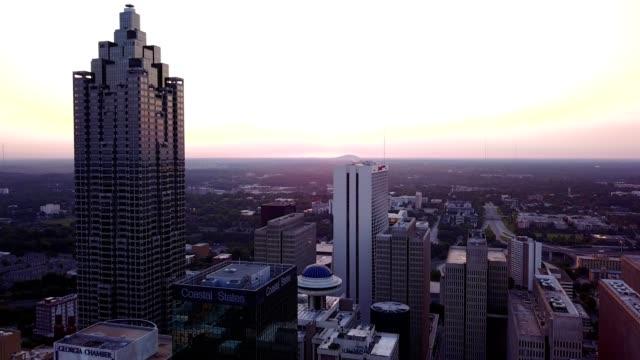 vídeos de stock, filmes e b-roll de downtown sunrise - letra maiúscula
