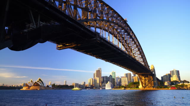 vidéos et rushes de horizon de sydney du centre-ville en australie - opéra style musical