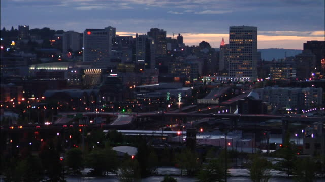 downtown tacoma city w/ traffic on streets highway low midrise buildings w/ some lights on wa - stato di washington video stock e b–roll