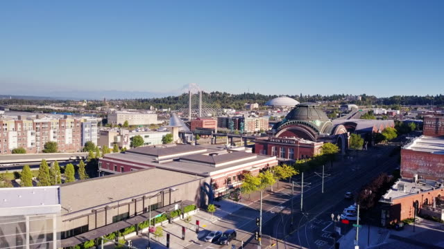 vidéos et rushes de downtown tacoma, wa - aerial view - ligne de tramway