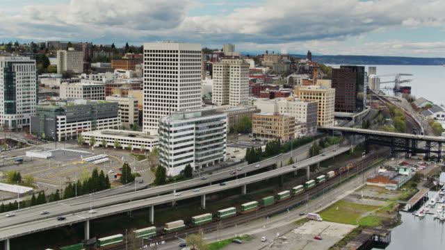 downtown tacoma waterfront med passerande godståg-utsikt från luften - norra stilla havet bildbanksvideor och videomaterial från bakom kulisserna