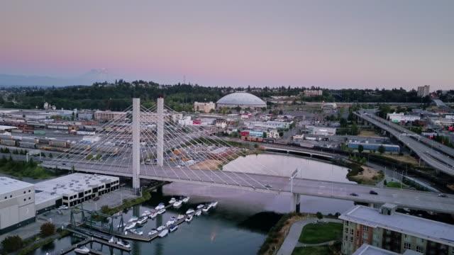 downtown tacoma with mt rainier in distance - aerial view - mount rainier bildbanksvideor och videomaterial från bakom kulisserna