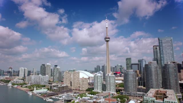 aerial downtown toronto dal lago ontario al sole - toronto video stock e b–roll