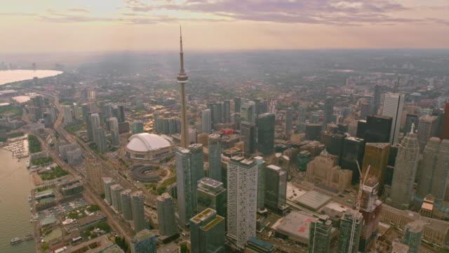 stockvideo's en b-roll-footage met aerial downtown toronto met cn tower en rogers centre stadion bij zonsondergang - cn tower