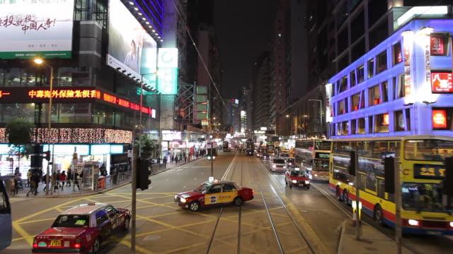 vídeos de stock, filmes e b-roll de ws pov downtown traffic as seen from moving tram / hong kong, china - ponto de vista de bonde