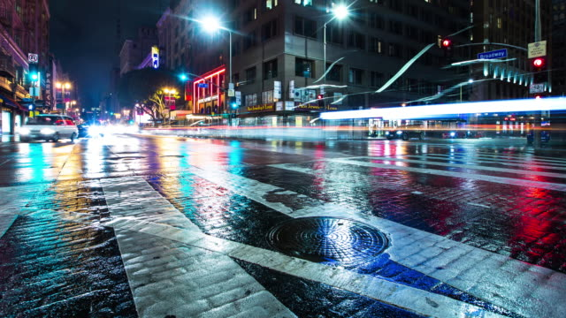 vídeos de stock e filmes b-roll de downtown traffic on a rainy night in la - time lapse - poste