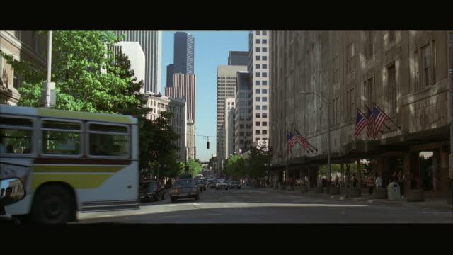 stockvideo's en b-roll-footage met ws pan downtown traffic / seattle, washington, usa - breedbeeldformaat