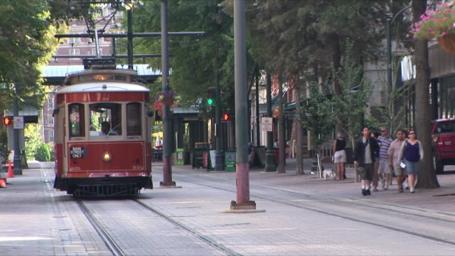 ws downtown trolley, memphis, tennessee, usa - tennessee video stock e b–roll