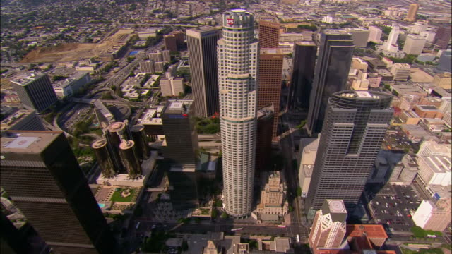 stockvideo's en b-roll-footage met aerial, downtown, us bank tower, los angeles california, usa - us bank tower