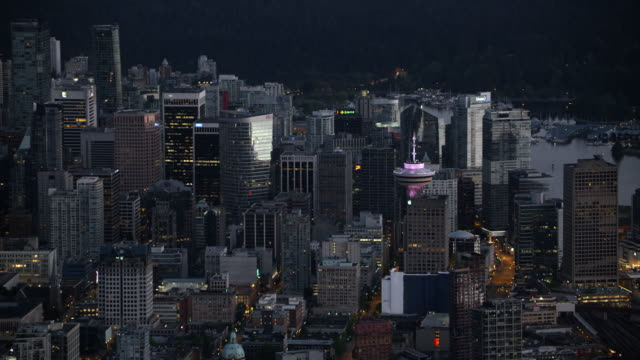 vídeos y material grabado en eventos de stock de aerial downtown vancouver at sundown - perspectiva desde un helicóptero