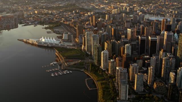 vídeos y material grabado en eventos de stock de aerial downtown vancouver at sunrise - perspectiva desde un helicóptero