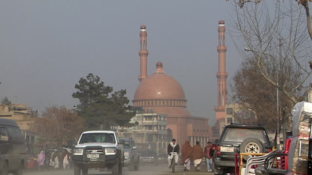 vídeos de stock e filmes b-roll de ws downtown with grand mosque in background / kandahar afghanistan - kandahar