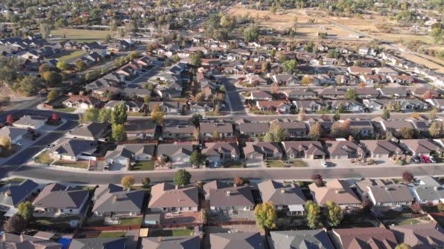 vidéos et rushes de vue vers le bas de regard d'un voisinage résidentiel américain de classe moyenne dans la région de salt lake city à l'automne - utah