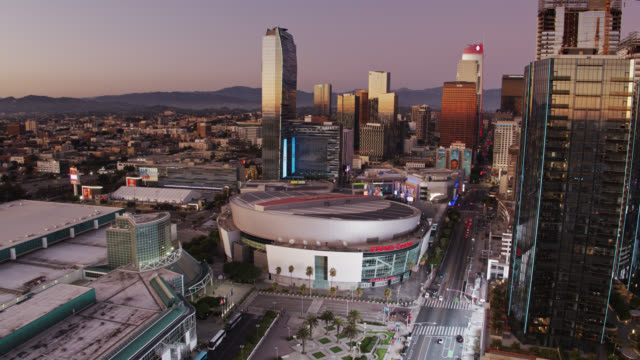 vídeos de stock e filmes b-roll de downwards tilting drone shot of staples center at sunset - microsoft theater los angeles