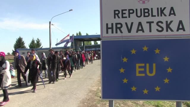 a dozen busses drove several hundreds of migrants to the checkpoint of beremend on the hungary/croatia border so they could be transferred to austria... - ungheria video stock e b–roll