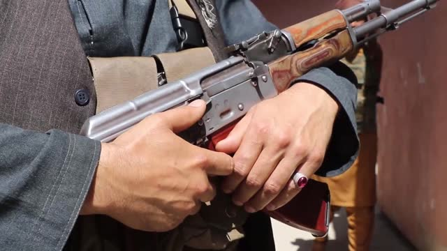 dozens of afgan militiamen on wednesday gathered in kabul to declare that they have joined government's security and defense forces. the fighters... - afghan national army stock videos & royalty-free footage
