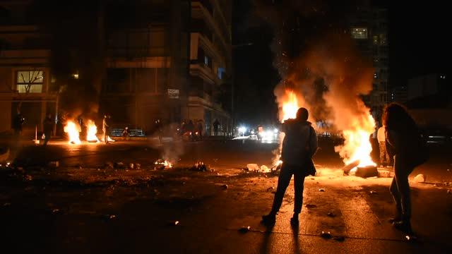 vídeos y material grabado en eventos de stock de dozens of anti-government protests erupted across lebanon tuesday as the lebanese pound hit a fresh record low, exacerbating already dire living... - devaluation