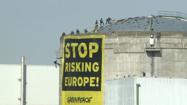 stockvideo's en b-roll-footage met dozens of greenpeace activists sneaked into a nuclear power plant in eastern france at dawn tuesday in the latest break-in by the environmental group... - dawn french