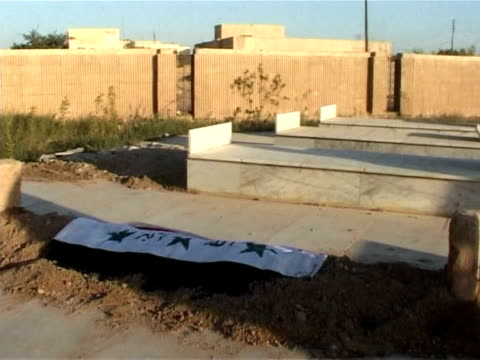 vídeos y material grabado en eventos de stock de dozens of iraqis gathered at the grave of chemical ali in northern iraq on wednesday to praise the cousin and notorious henchman of saddam hussein... - ejecución pública