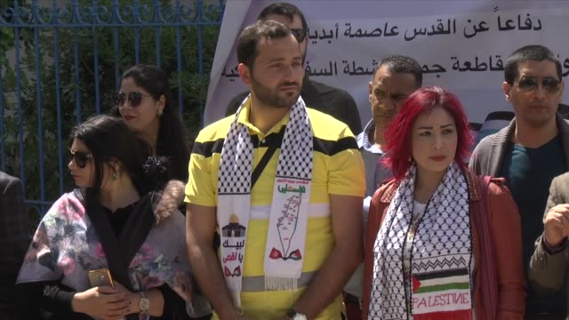 dozens of journalists and human-rights activists stage a demonstration in front of national union of tunisian journalists headquarters in tunis on... - 2018年ガザ地区国境抗議点の映像素材/bロール