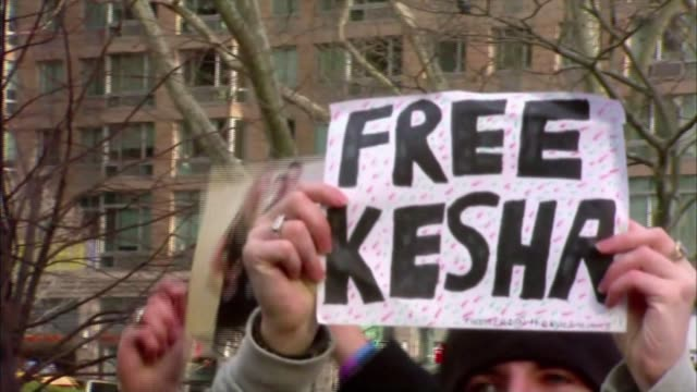 vídeos de stock e filmes b-roll de wpix dozens of kesha's fans rallied outside new york supreme court in lower manhattan as the singer asked a judge to grant in injunction that would... - sony