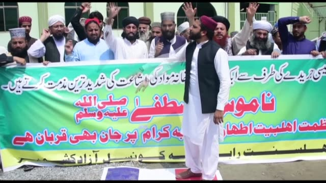 dozens of men protested against french satirical weekly charlie hebdo in pakistan-administered kashmir thursday, burning a french flag and yelling... - satira video stock e b–roll