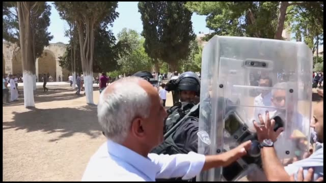 dozens of palestinians were injured on friday when israeli forces entered east jerusalem's flashpoint alaqsa mosque and began attacking muslim... - islam stock-videos und b-roll-filmmaterial