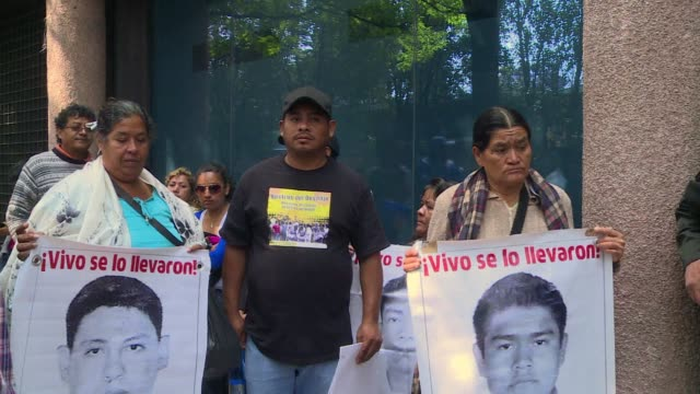 dozens of parents of the 43 students that went missing almost six months ago marched on nearly 20 embassies in mexico city on friday urging foreign... - fordern stock-videos und b-roll-filmmaterial