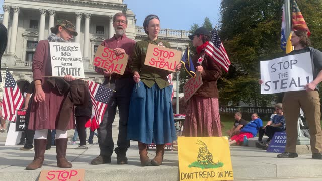 vídeos y material grabado en eventos de stock de dozens of people calling for stopping the vote count in pennsylvania due to alleged fraud against president donald trump gather on the steps of the... - fraude
